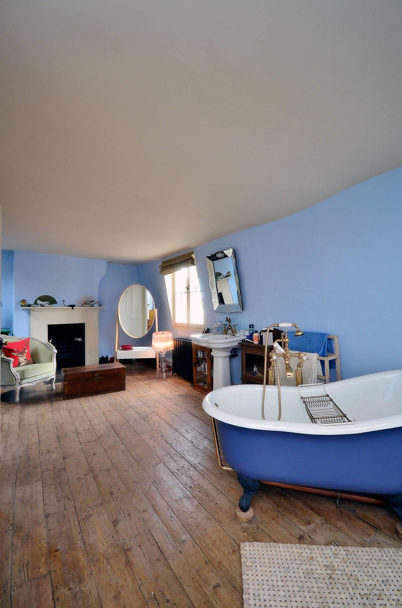 statement-bath, quirky, blue