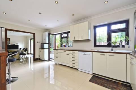 <b>Kitchen</b><span class='dims'> 18&#39;1 x 11&#39;9 (5.51 x 3.58m)</span>