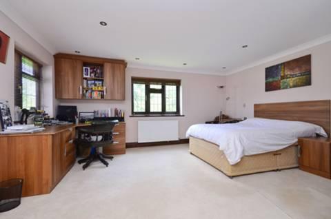 <b>Second Bedroom</b><span class='dims'> 23&#39;5 x 16&#39;11 (7.14 x 5.16m)</span>