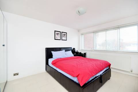<b>Main Bedroom</b><span class='dims'> 15'7 x 11'6 (4.75 x 3.51m)</span>