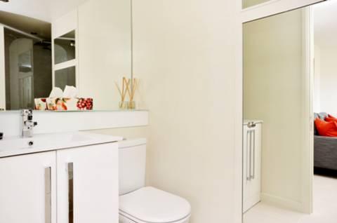 <b>Bathroom</b><span class='dims'> 9 x 6'2 (2.74 x 1.88m)</span>