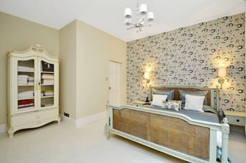 <b>Master Bedroom</b><span class='dims'> 15&#39; x 14&#39;8 (4.57 x 4.47m)</span>