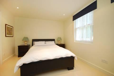 <b>Bedroom</b><span class='dims'> 13'2 x 10'7 (4.01 x 3.23m)</span>