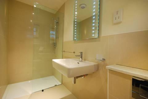 <b>En Suite Shower Room</b><span class='dims'> 9'6 x 4'2 (2.90 x 1.27m)</span>
