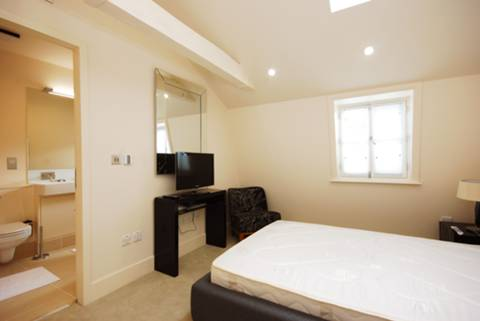 <b>Master Bedroom</b><span class='dims'> 13'5 x 10'6 (4.09 x 3.20m)</span>