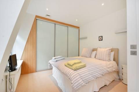 <b>Master Bedroom</b><span class='dims'> 15'5 x 10'10 (4.70 x 3.30m)</span>