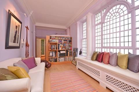<b>Studio Room</b><span class='dims'> 25'2 x 10'1 (7.67 x 3.07m)</span>