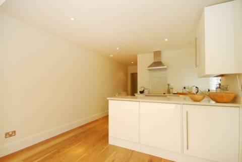 <b>Reception Room/Kitchen</b><span class='dims'> 23' x 10'4 (7.01 x 3.15m)</span>