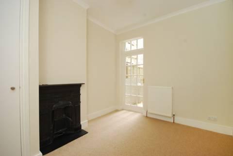 <b>Master Bedroom</b><span class='dims'> 11'9 x 9'5 (3.58 x 2.87m)</span>