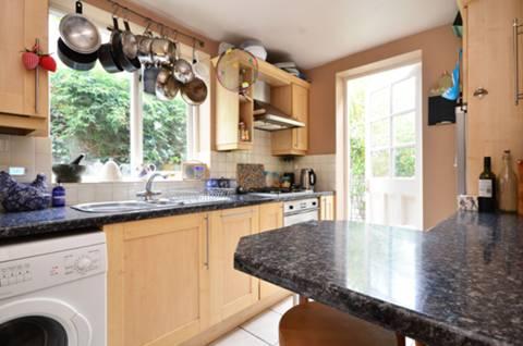 <b>Kitchen</b><span class='dims'> 10'6 x 8'6 (3.20 x 2.59m)</span>