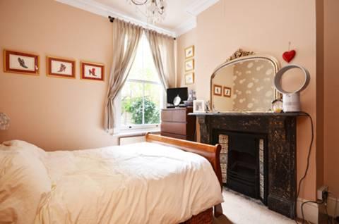 <b>Master Bedroom</b><span class='dims'> 12'9 x 10' (3.89 x 3.05m)</span>