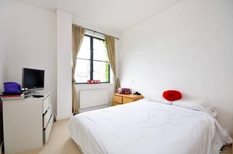 <b>Master Bedroom</b><span class='dims'> 14&#39;4 x 11&#39;10 (4.37 x 3.61m)</span>