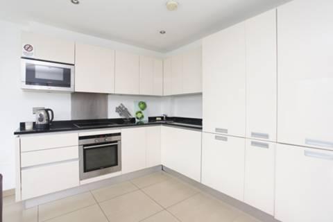 <b>Reception Room/Kitchen</b><span class='dims'> 20 x 14'6 (6.10 x 4.42m)</span>