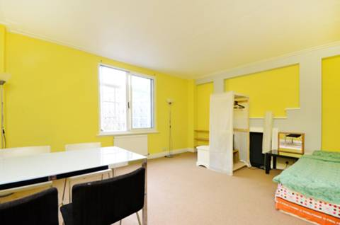 <b>Reception Room</b><span class='dims'> 16'2 x 13'11 (4.93 x 4.24m)</span>