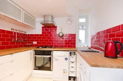<b>Kitchen</b><span class='dims'> 10'9 x 8'2 (3.28 x 2.49m)</span>