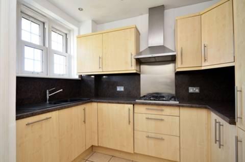 <b>Kitchen</b><span class='dims'> 9' x 8' (2.74 x 2.44m)</span>