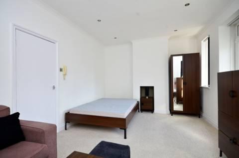 <b>Studio Room</b><span class='dims'> 18' x 11'3 (5.49 x 3.43m)</span>