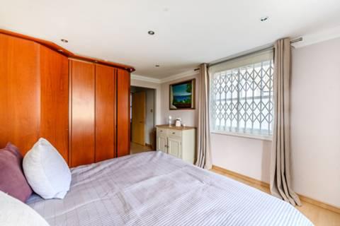 <b>Second Bedroom</b><span class='dims'> 10'1 x 9'8 (3.07 x 2.95m)</span>