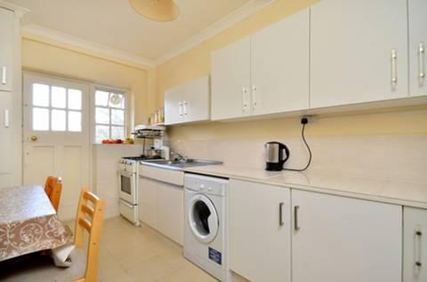 <b>Kitchen</b><span class='dims'> 13'3 x 7'10 (4.04 x 2.39m)</span>