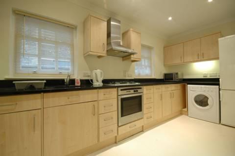 <b>Kitchen</b><span class='dims'> 16&#39; x 6&#39;9 (4.88 x 2.06m)</span>