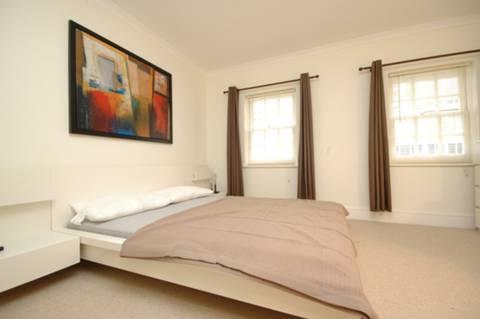 <b>Master Bedroom</b><span class='dims'> 13&#39;6 x 10&#39;6 (4.11 x 3.20m)</span>