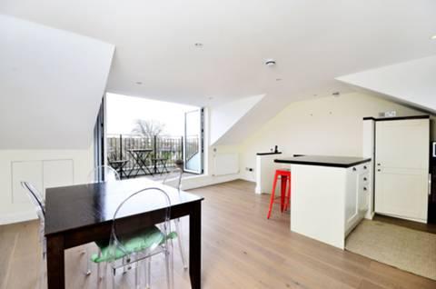<b>Reception Room/Kitchen</b><span class='dims'> 16'10 x 16' (5.13 x 4.88m)</span>