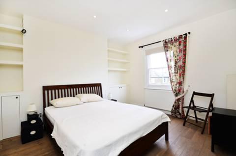 <b>Master Bedroom</b><span class='dims'> 14'6 x 10'11 (4.42 x 3.33m)</span>