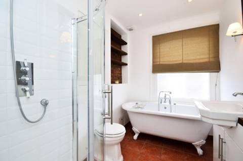 <b>Bathroom</b><span class='dims'> 8'8 x 5'11 (2.64 x 1.80m)</span>