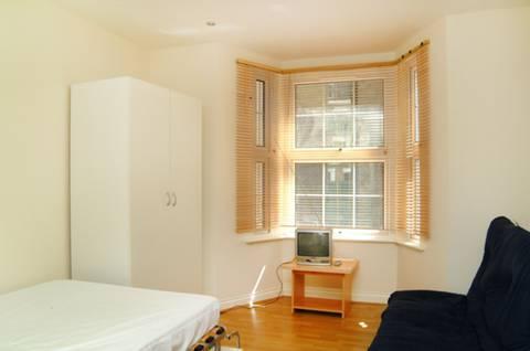 <b>Studio Room</b><span class='dims'> 15&#39; x 10&#39;9 (4.57 x 3.28m)</span>