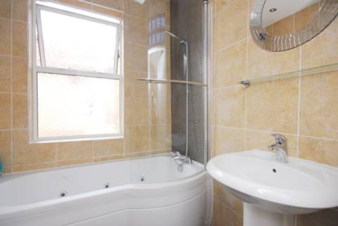 <b>Bathroom</b><span class='dims'> 6&#39;6 x 5&#39;9 (1.98 x 1.75m)</span>