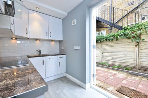 <b>Kitchen</b><span class='dims'> 12'1 x 6'10 (3.68 x 2.08m)</span>