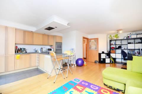 <b>Reception Room/Kitchen</b><span class='dims'> 22&#39;9 x 17&#39;9 (6.93 x 5.41m)</span>