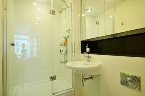 <b>En Suite Shower Room</b><span class='dims'> 7&#39;6 x 5&#39;6 (2.29 x 1.68m)</span>