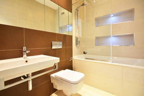 <b>Bathroom</b><span class='dims'> 8 x 5&#39;6 (2.44 x 1.68m)</span>