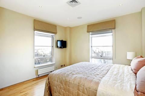 <b>Main Bedroom</b><span class='dims'> 12'6 x 11'6 (3.81 x 3.51m)</span>