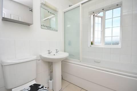 <b>Bathroom</b><span class='dims'> 6&#39;8 x 5&#39;6 (2.03 x 1.68m)</span>