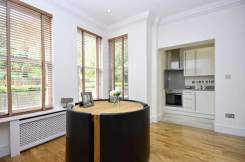 <b>Reception Room/Dining Room</b><span class='dims'> 21'2 x 14 (6.45 x 4.27m)</span>