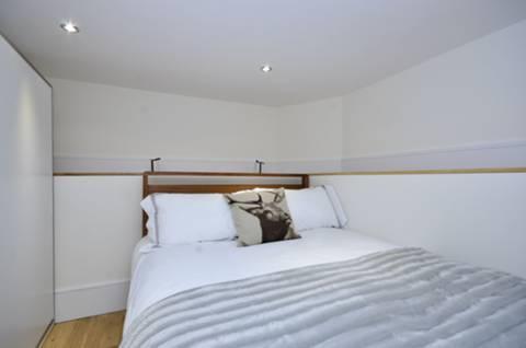 <b>Sleeping Area</b><span class='dims'> 9'7 x 9 (2.92 x 2.74m)</span>