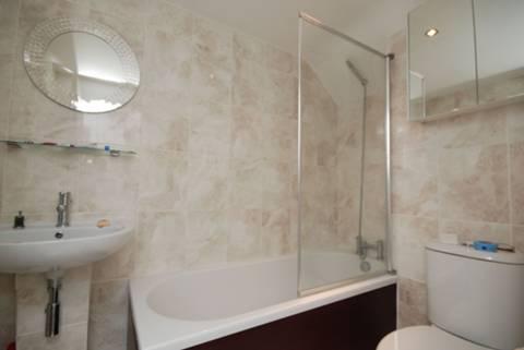 <b>Bathroom</b><span class='dims'> 7' x 5' (2.13 x 1.52m)</span>