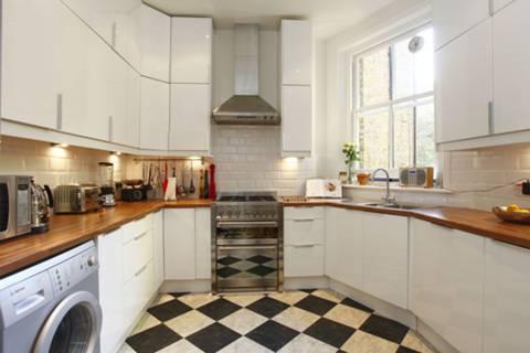 <b>Kitchen</b><span class='dims'> 13'3 x 10'6 (4.04 x 3.20m)</span>