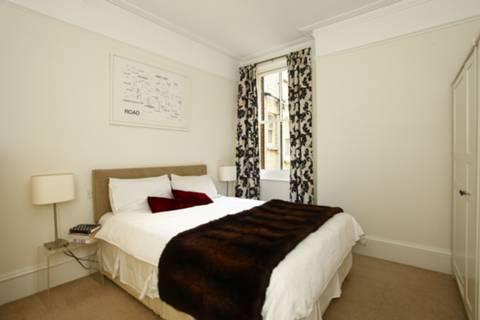 <b>Master Bedroom</b><span class='dims'> 12'4 x 11'4 (3.76 x 3.45m)</span>