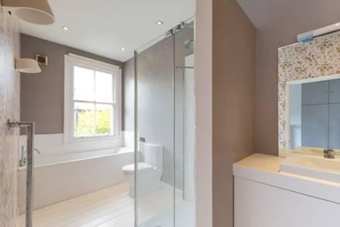 <b>Shower Room</b><span class='dims'> 9&#39;9 x 5&#39;6 (2.97 x 1.68m)</span>