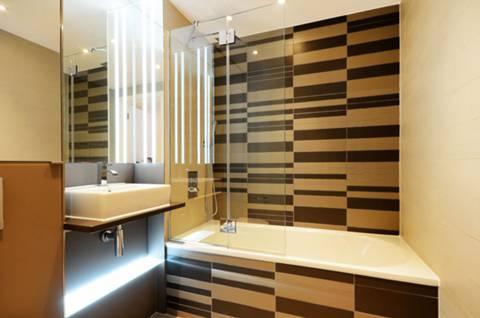 <b>Bathroom</b><span class='dims'> 7' x 6'6 (2.13 x 1.98m)</span>