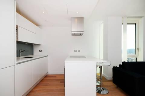 <b>Reception Room</b><span class='dims'> 21'6 x 16'6 (6.55 x 5.03m)</span>