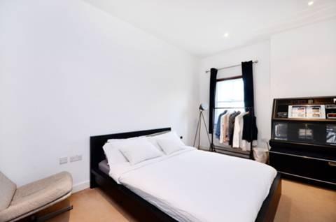 <b>Second Bedroom</b><span class='dims'> 18'6 x 9'6 (5.64 x 2.90m)</span>