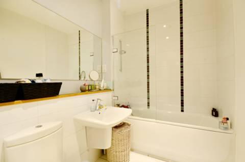 <b>Bathroom</b><span class='dims'> 7'9 x 6'3 (2.36 x 1.91m)</span>