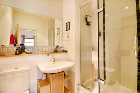 <b>En Suite Shower Room</b><span class='dims'> 7'4 x 5'10 (2.24 x 1.78m)</span>