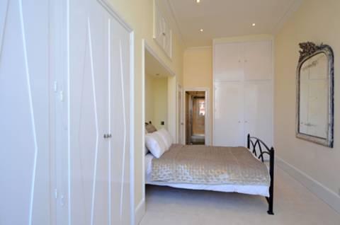 <b>Bedroom</b><span class='dims'> 21'3 x 9'9 (6.48 x 2.97m)</span>