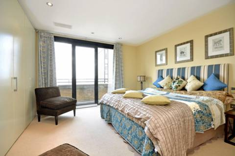 <b>Main Bedroom</b><span class='dims'> 14'9 x 13'3 (4.50 x 4.04m)</span>