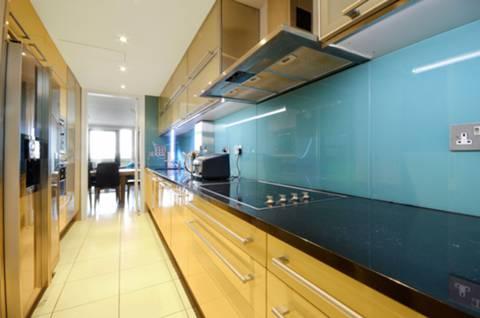 <b>Kitchen</b><span class='dims'> 18'9 x 7 (5.71 x 2.13m)</span>